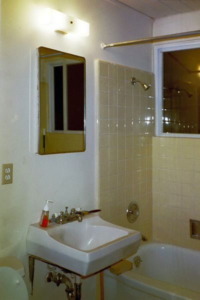 Old Guest Bath2